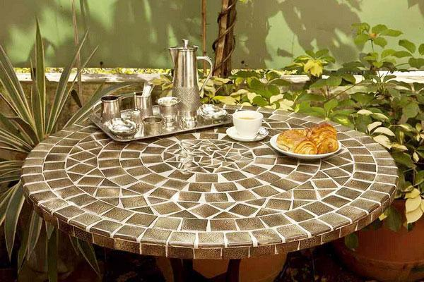Gạch mosaic làm mặt bàn ghế