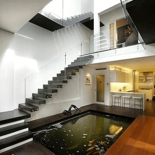Tiểu cảnh hồ cá dưới chân cầu thang