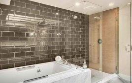 Sử dụng gạch thẻ ốp tường cho không gian phòng tắm hiện đại